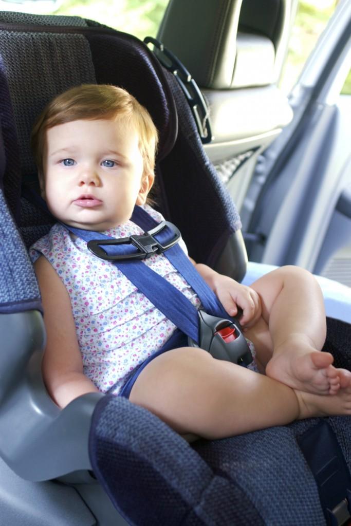 малыш в автомобильном кресле