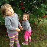 Дети гуляют осенью