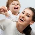 счастливая мать с ребенком на руках